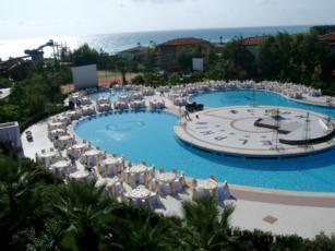 Delphin-deluxe-resort-poolseite