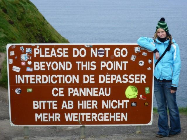 Warnschild am Wanderweg zu Hags Head