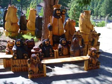 Baeren aus Holz am Lake Tahoe