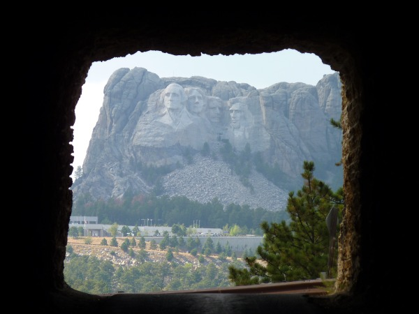 Mount-Rushmore-durch-Tunnel